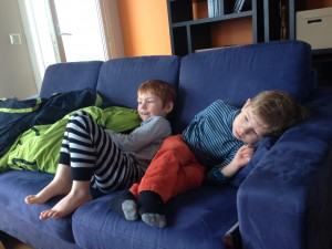Oliver og Silas ser morgen-tv